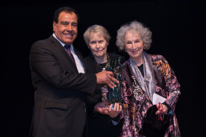 Izzeldin Abuelaish awarding Margaret Atwood during the Daughters for Life foundation Gala Dinner 2017
