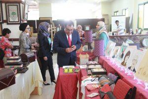 Dr. Abuelaish at the IUG Artwork exhibition